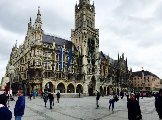 View from afar of the Rathaus-Glockenspiel.